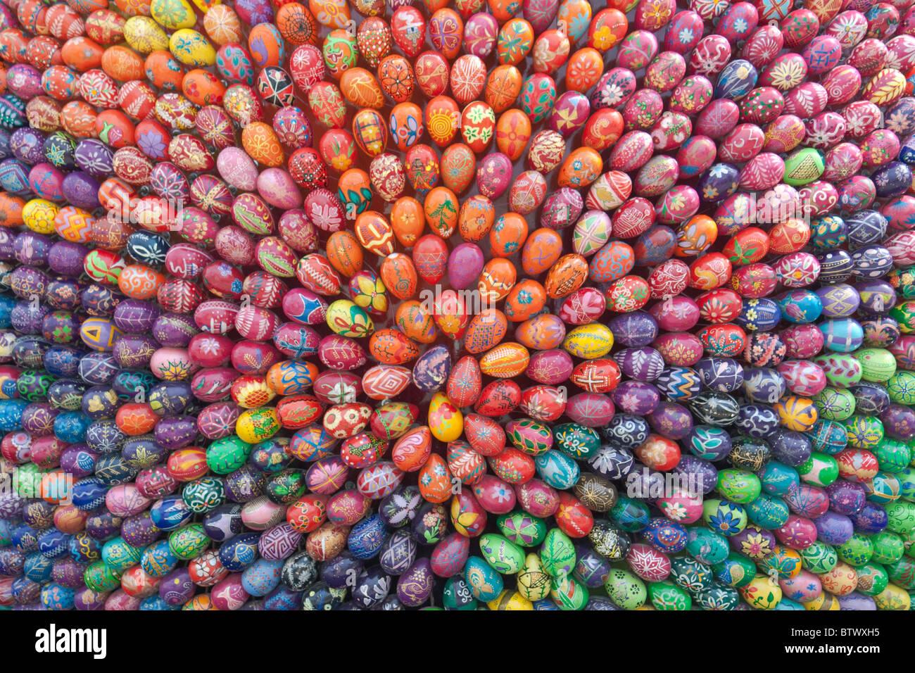 Coloridos huevos de Pascua pintados a mano Imagen De Stock