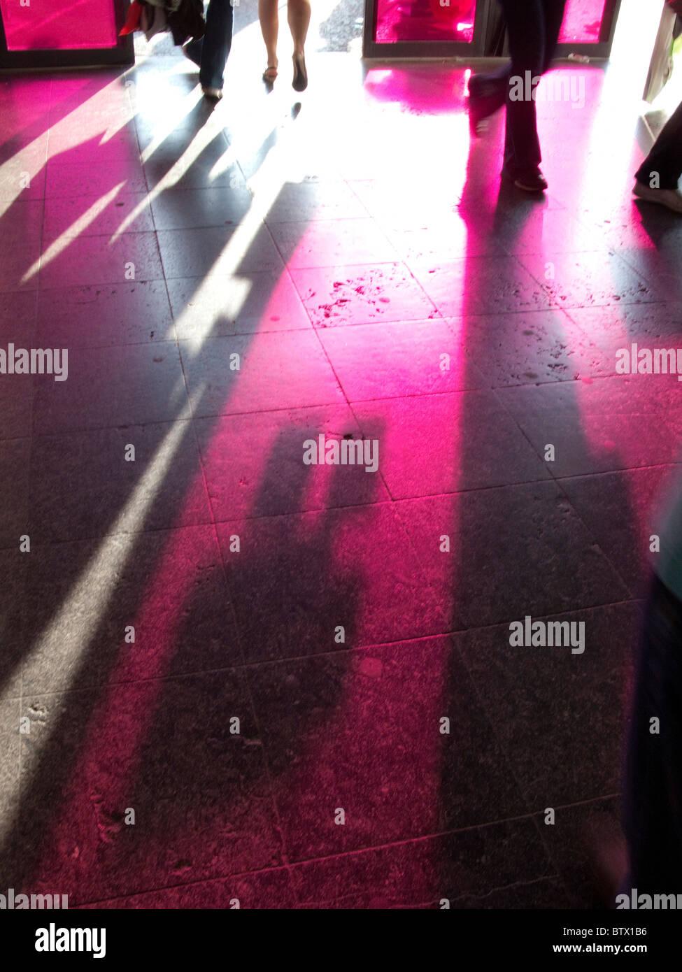 Sombras en el piso de la entrada al centro comercial Euralille, Lille, Francia Imagen De Stock