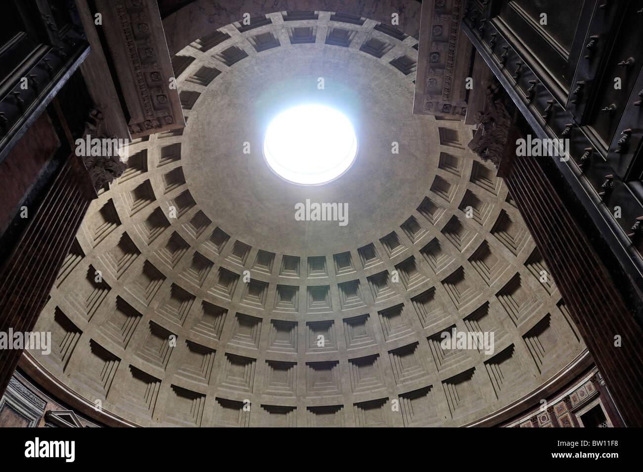 El Panteón, la cúpula y el Oculus del umbral Foto de stock