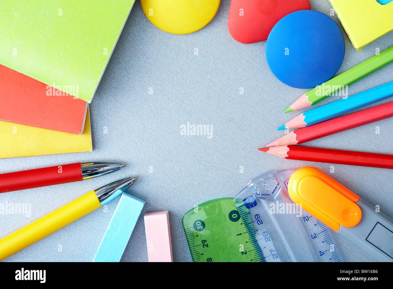 Close-up de diversos objetos necesarios en el proceso de educación escolar Imagen De Stock