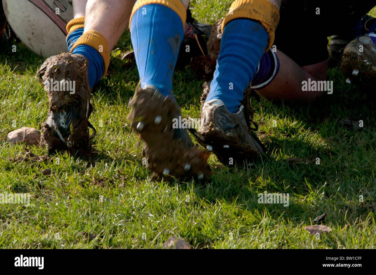 Los muchachos jugando al rugby en una pelea en un campo de juego al aire libre en otoño Imagen De Stock