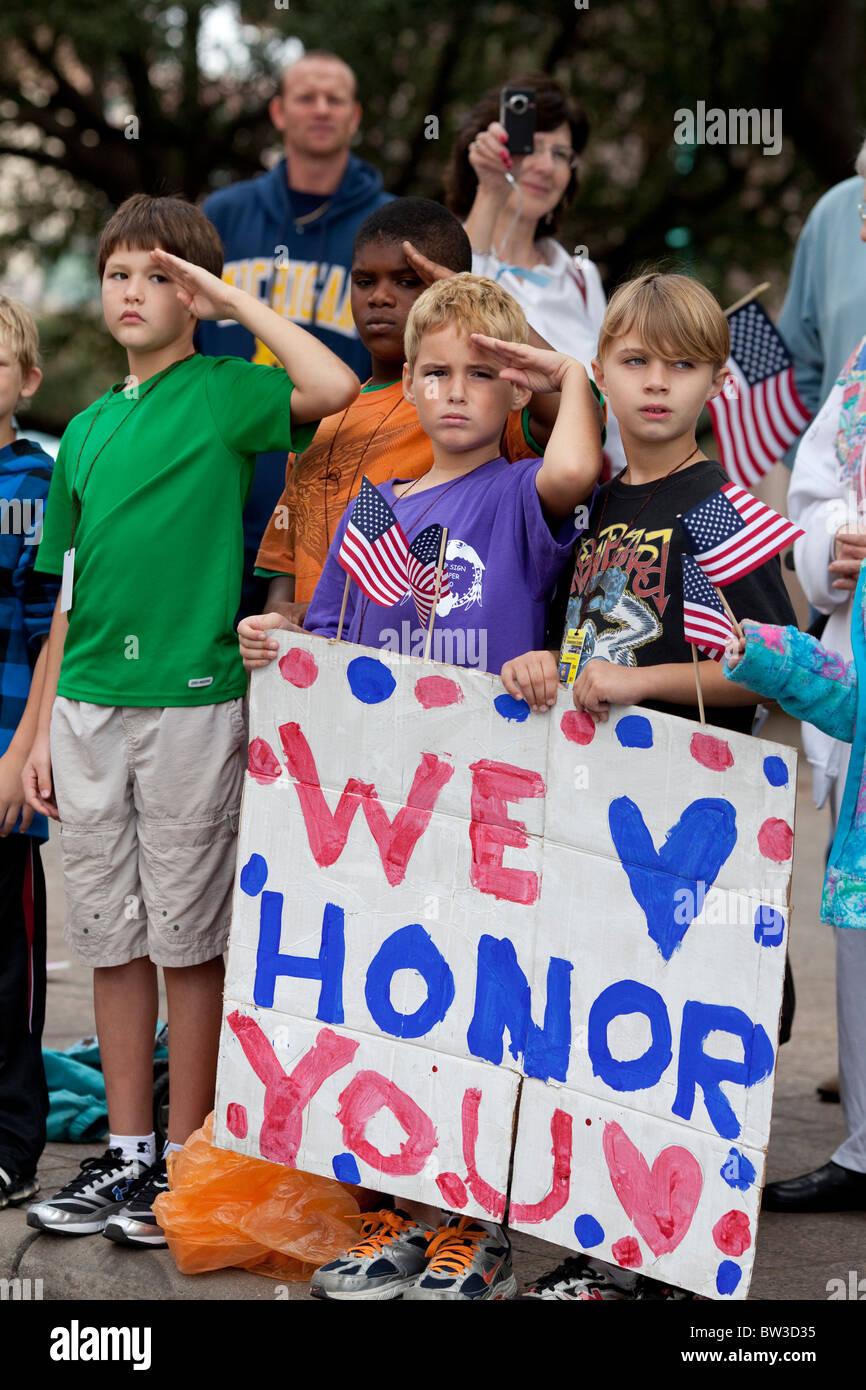 Los niños de escuela primaria desde la Escuela para Sordos de Texas muestran el patriotismo en el desfile anual Imagen De Stock