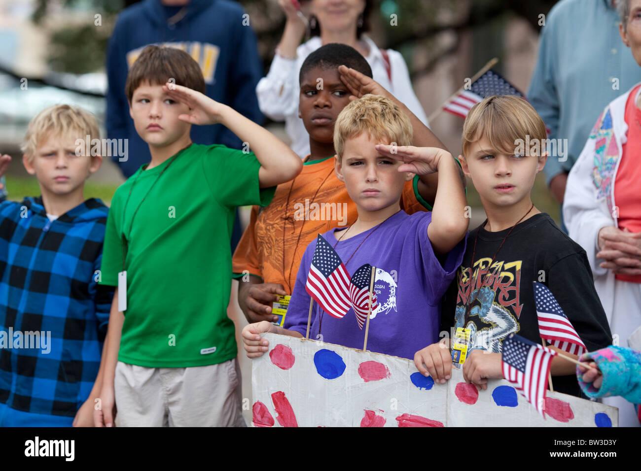 Los niños de escuela primaria multiétnico de Escuela para Sordos de Texas muestran el patriotismo en el Imagen De Stock