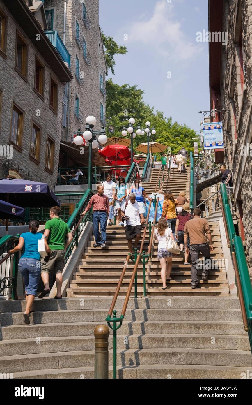 Los turistas de la Escalier Casse-Cou (romper el cuello escaleras) en la parte inferior de la localidad de Old Quebec, Canadá Foto de stock