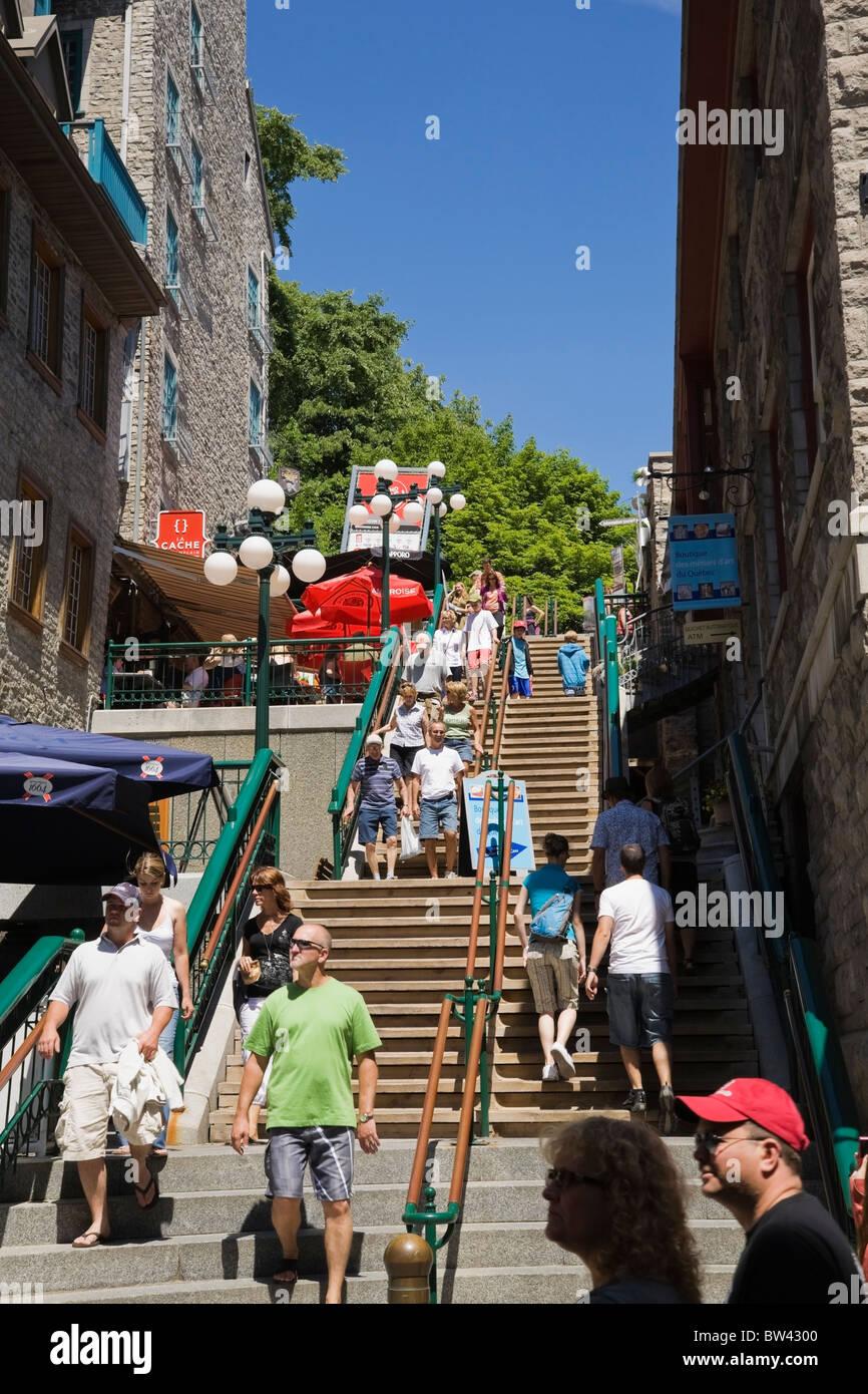 Los turistas de la Escalier Casse-Cou (vertiginosas escaleras) en la parte inferior de la localidad de Old Quebec, Quebec, Canadá Foto de stock