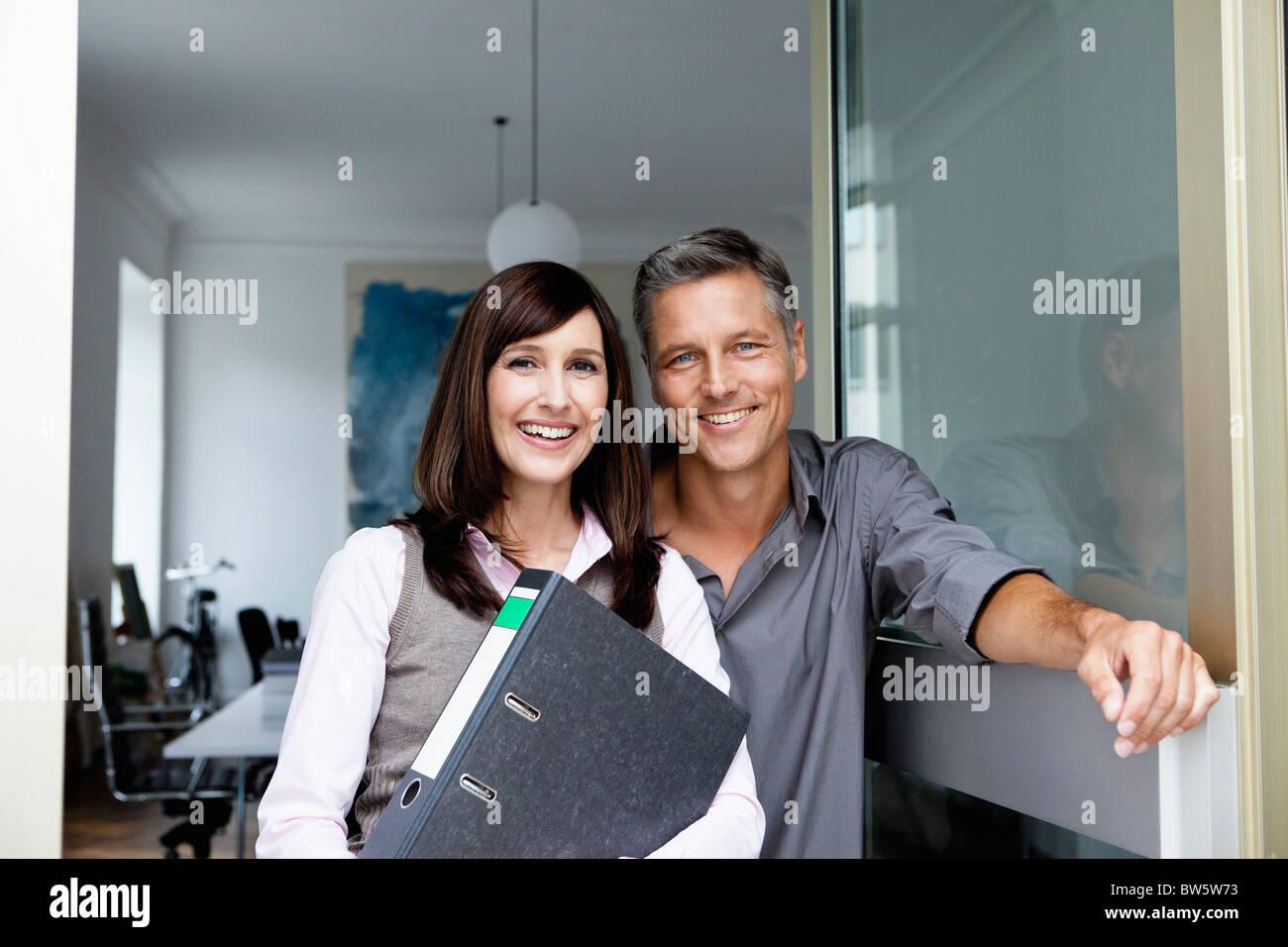 Socios de negocios sonriendo a cámara Imagen De Stock