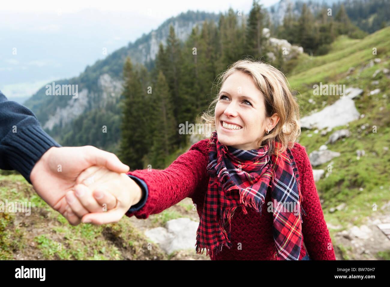 Hombre que ayudan a la mujer Foto de stock