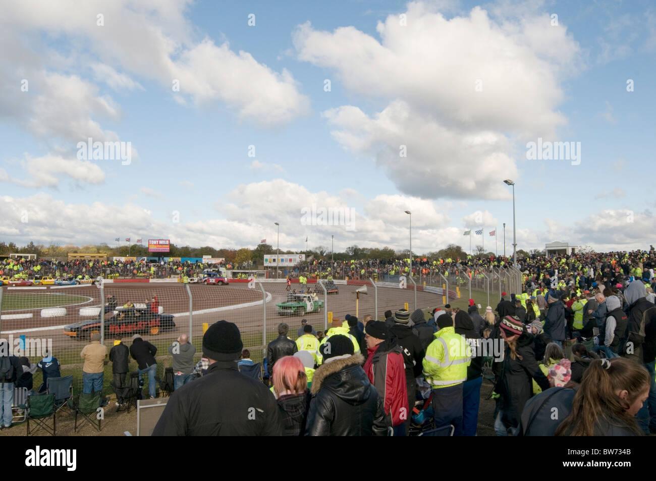 Arena essex stock car vía circuito Speedway motor racing Banger Racing multitud cuervos espectador espectadores Imagen De Stock