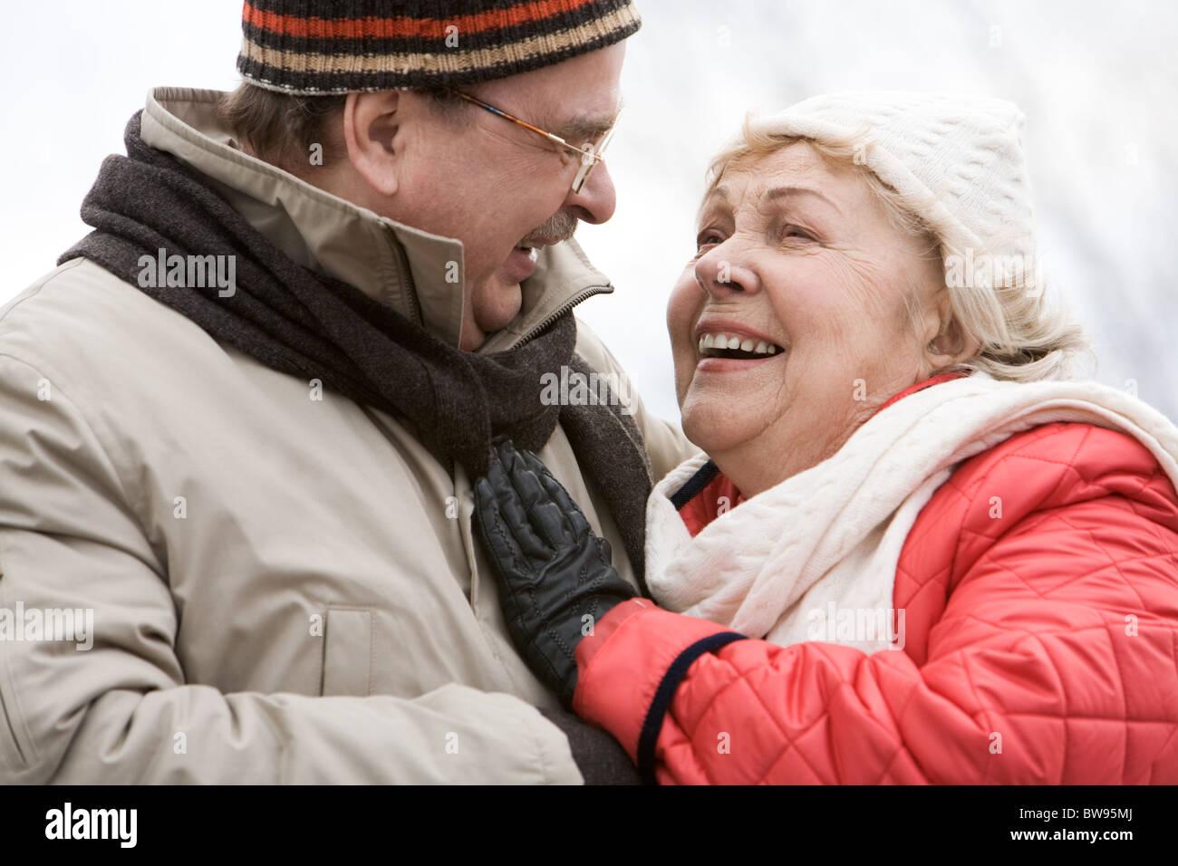 Retrato de felices compañeros mirarse con sonrisas Imagen De Stock