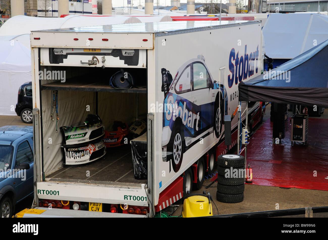 El piloto de Stobart motor sport carretilla con piezas de automóviles almacenados dentro Imagen De Stock