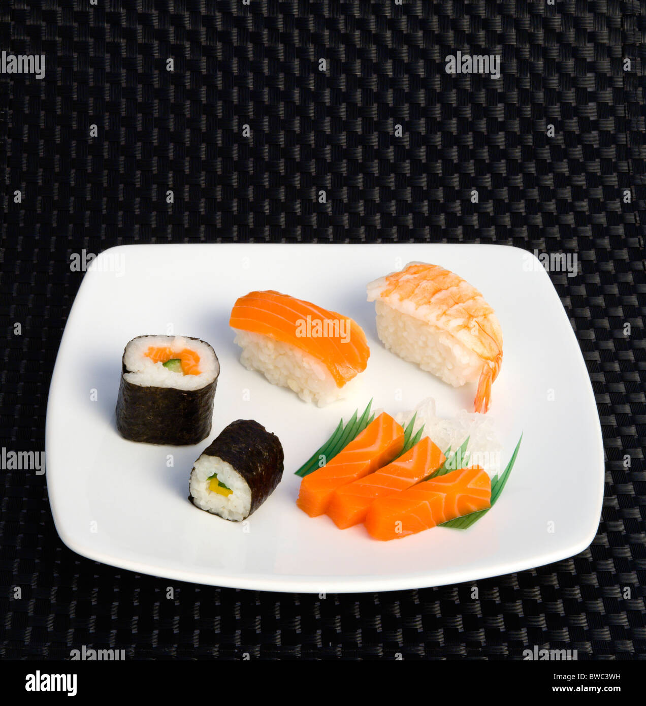 Comida, sushi, comida, plato de sushi con Arroz envuelto en algas y selección de mariscos y pescados. Imagen De Stock