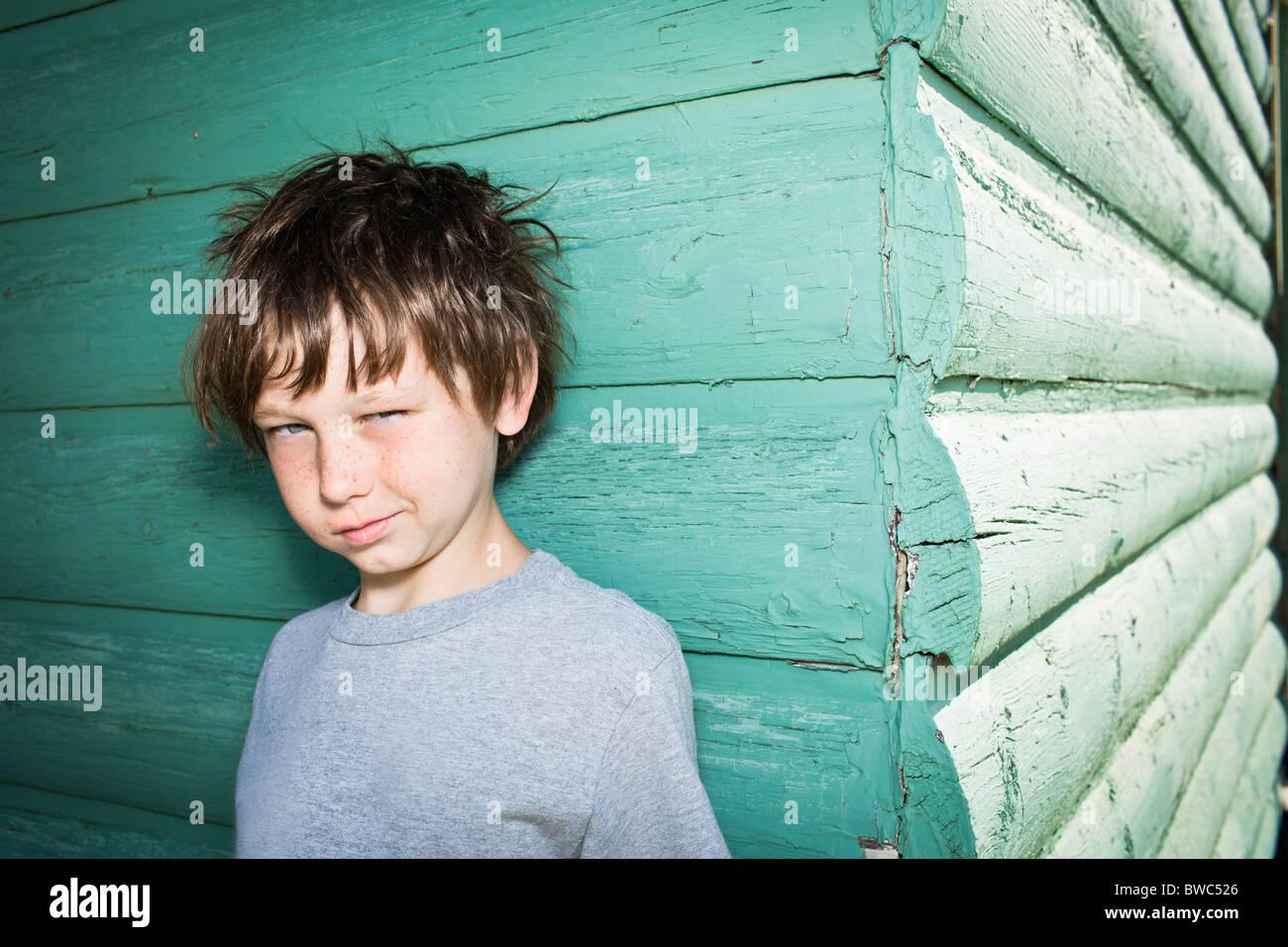 Boy siendo impertinente a cámara Imagen De Stock
