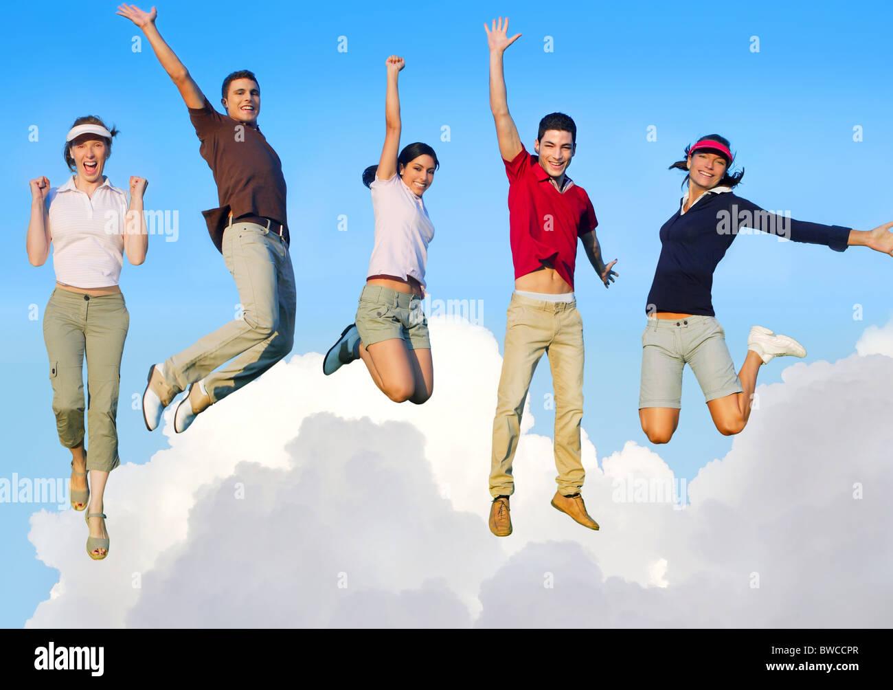 Saltar a los jóvenes felices grupo volando en las nubes del cielo Imagen De Stock