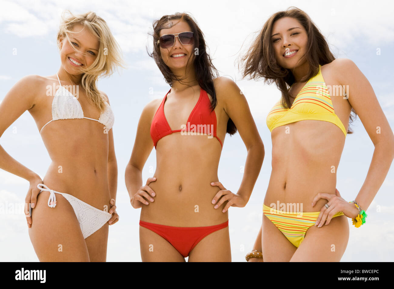 Retrato Bikini La Tres En Sonriendo Ante Slim De Chicas Cámara 8OnPwk0