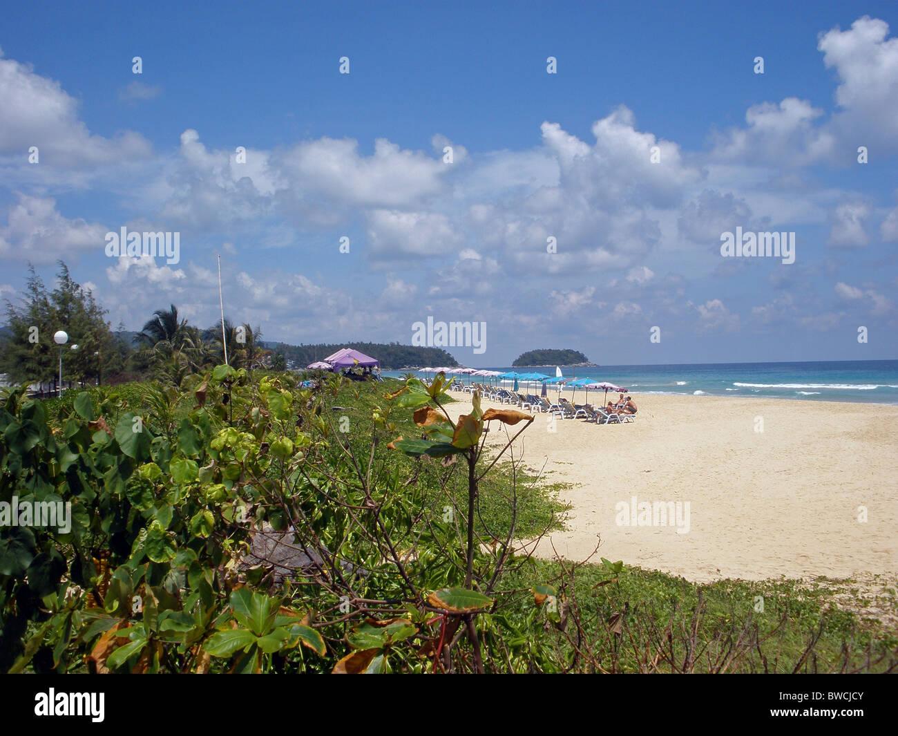 Vista a lo largo de Karon Beach, Phuket, en el sur de Tailandia, en el Lejano Oriente. Imagen De Stock