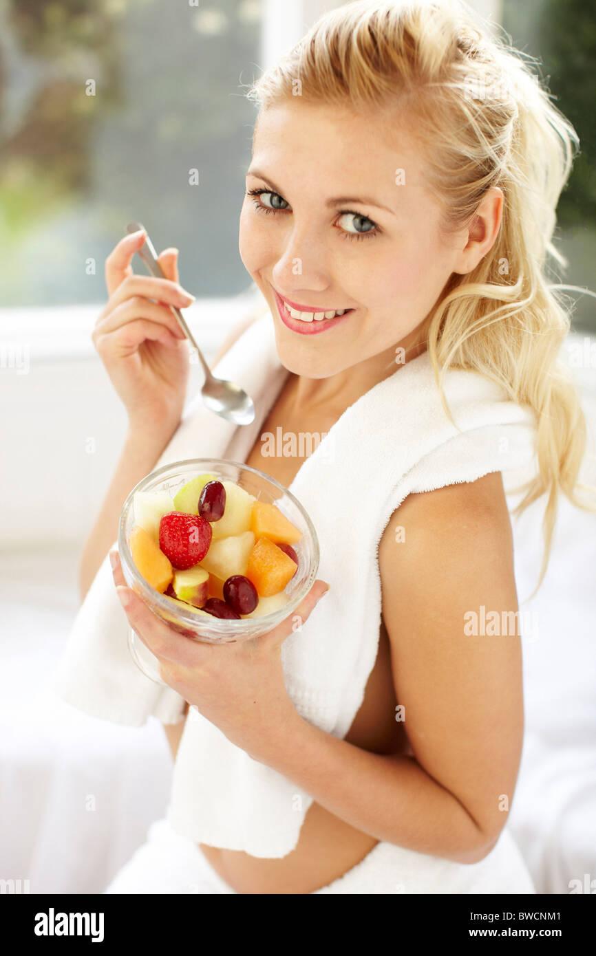 Mujer comer fruta Imagen De Stock