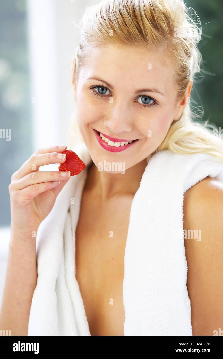 Mujer comer fresas Imagen De Stock
