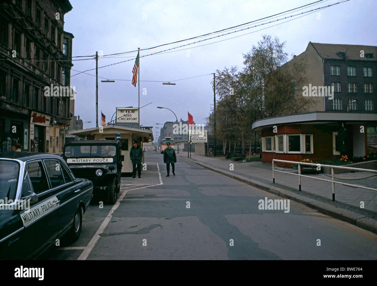 El Checkpoint Charlie (o 'C'), Berlín, Alemania, en 1971, el principal punto de cruce entre Oriente Imagen De Stock