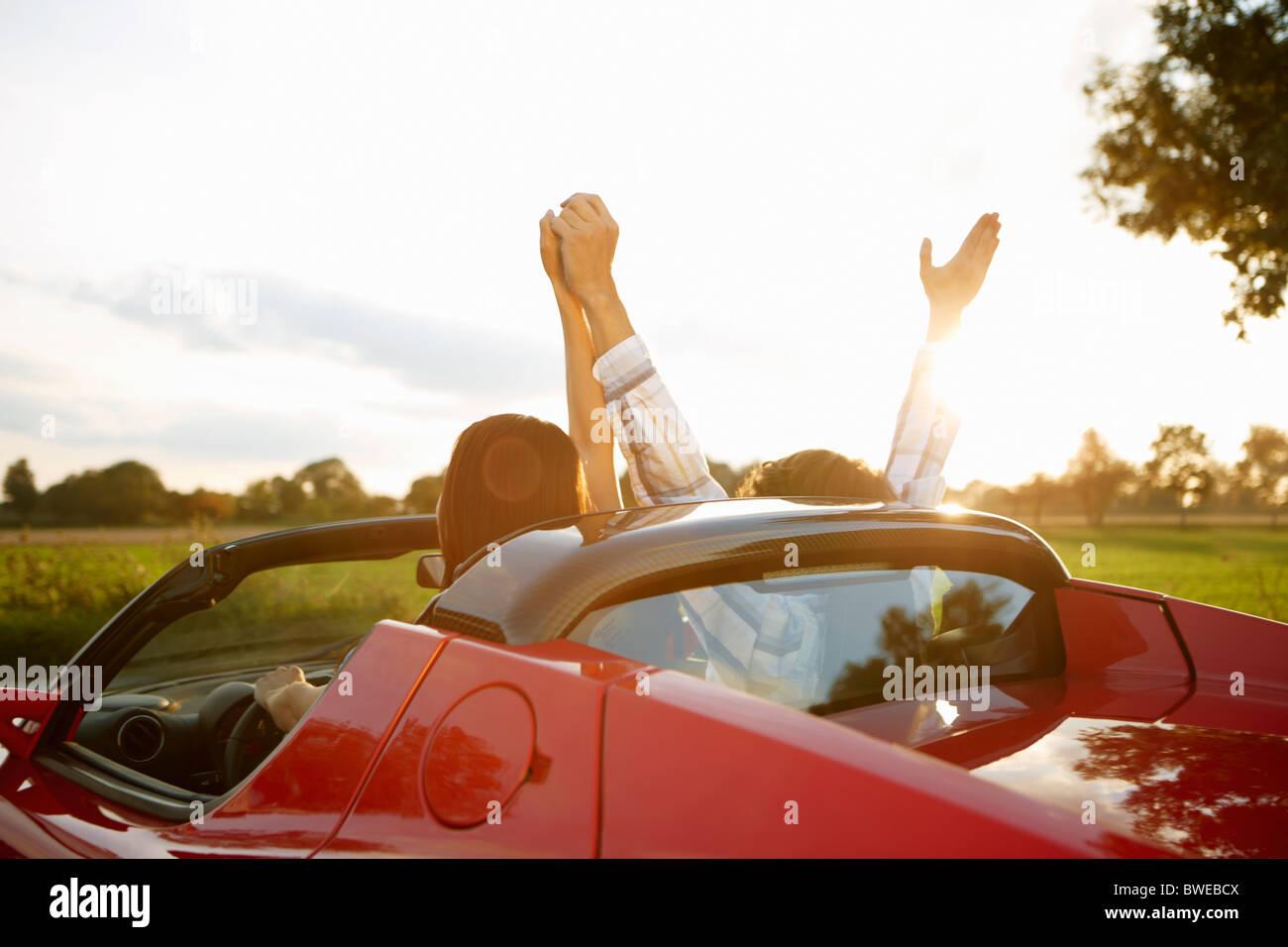 Pareja en un coche eléctrico deportivo, diversión Foto de stock