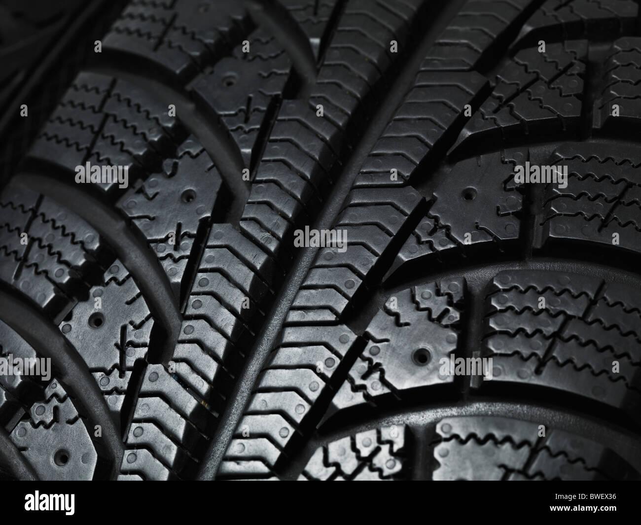 Primer plano de una banda de rodadura de los neumáticos de invierno la textura Foto de stock