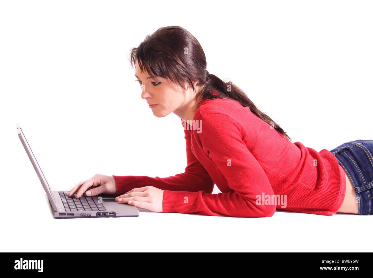 babd0a1a649 Un joven apuesto mujer navegar por internet mientras yacían en el suelo.  Todas aisladas sobre