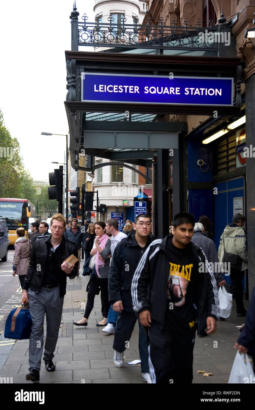 Los viajeros fuera de la estación Leicester Square Station Foto de stock
