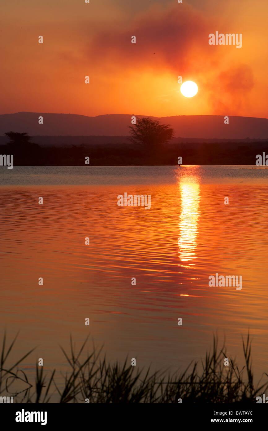 Puesta de sol sobre el agua en Isimangaliso, Kwazulu-Natal, Sudáfrica Imagen De Stock