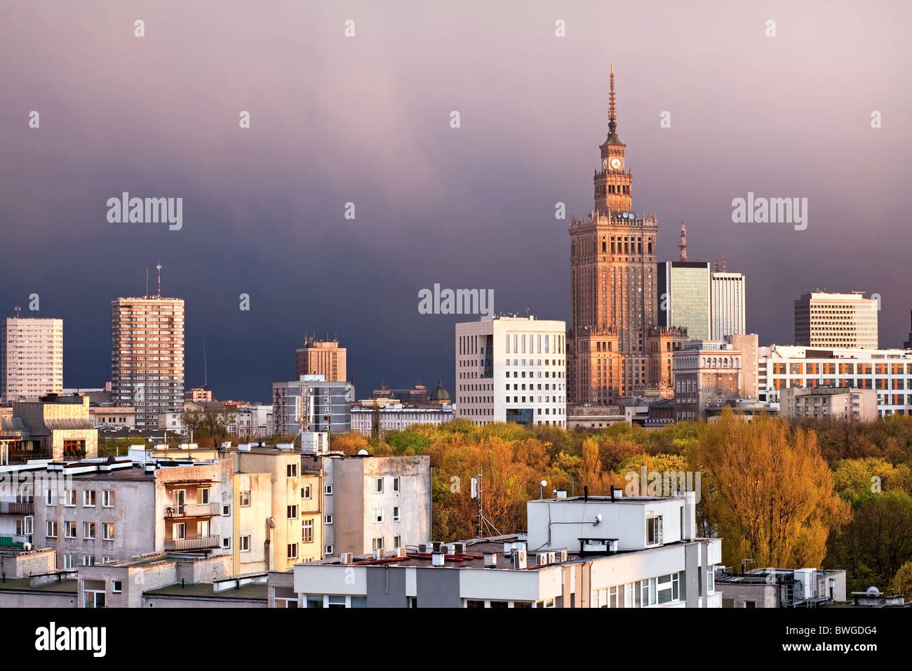 Varsovia, capital de Polonia, con el Palacio de la cultura y la ciencia, Srodmiescie distrito. Tiempo de puesta Imagen De Stock