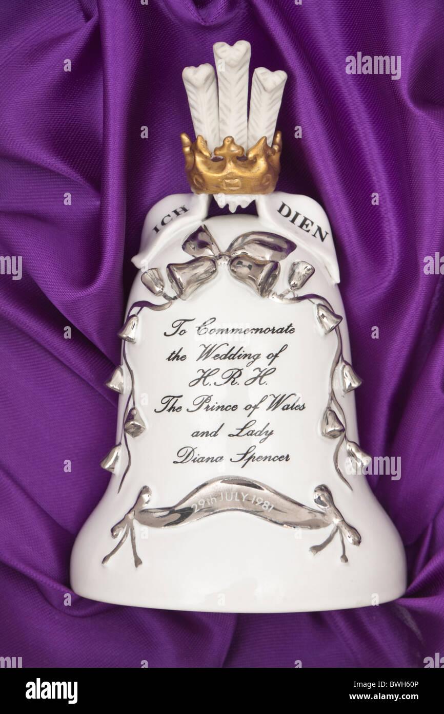 Campana de porcelana para conmemorar la Boda de S.A.R. el Príncipe de Gales y Lady Diana Spencer Foto de stock