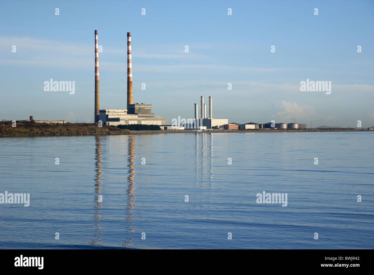 Poolbeg estación generadora de electricidad en la bahía de Dublín, República de Irlanda Foto de stock