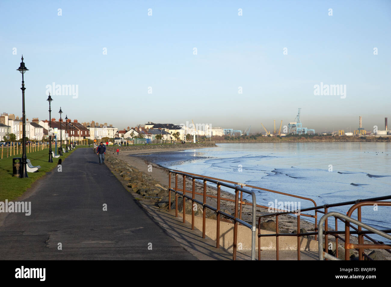 Paseo en la ZPE de Sandymount Strand playa en la bahía de Dublín, República de Irlanda Foto de stock