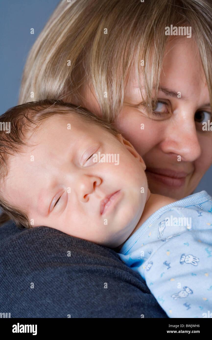 0-1 meses 1-6 meses 2 30-35 años 30s adult adult afecto en casa cuidando el cuidado del bebé Los bebés Imagen De Stock
