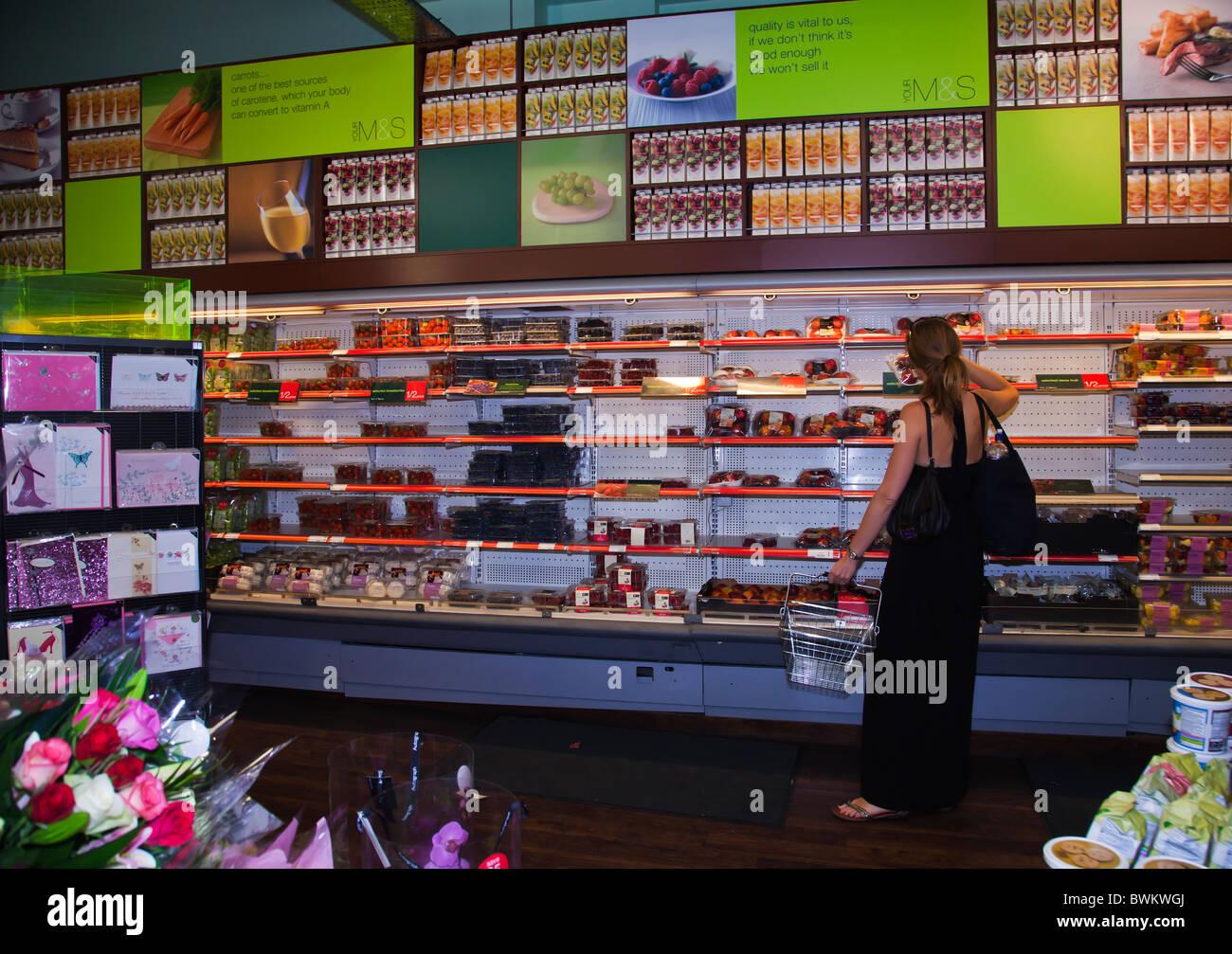 Selección de frutas frescas en Marks & Spencer shop Imagen De Stock