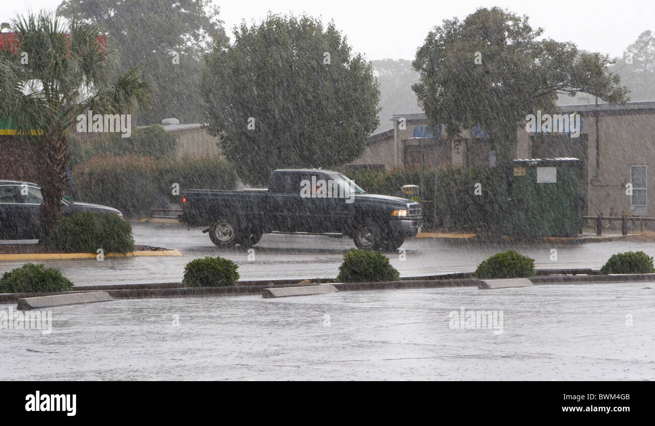 Una breve lluvia torrencial tormenta convierte los caminos en mini ríos y estanques en Myrtle Beach, SC, USA, Imagen De Stock