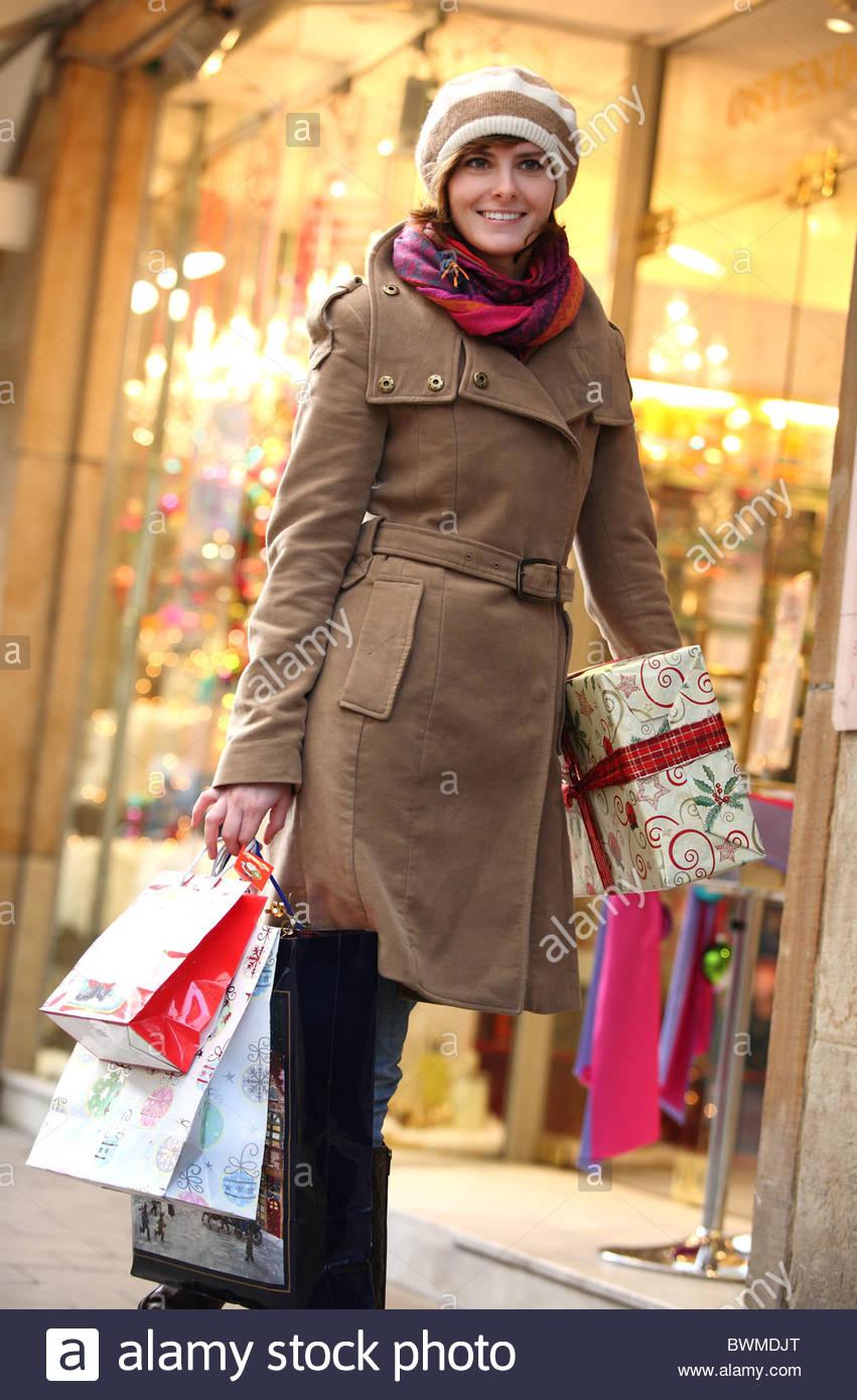 Mujer compras en X-mas en la ciudad Imagen De Stock