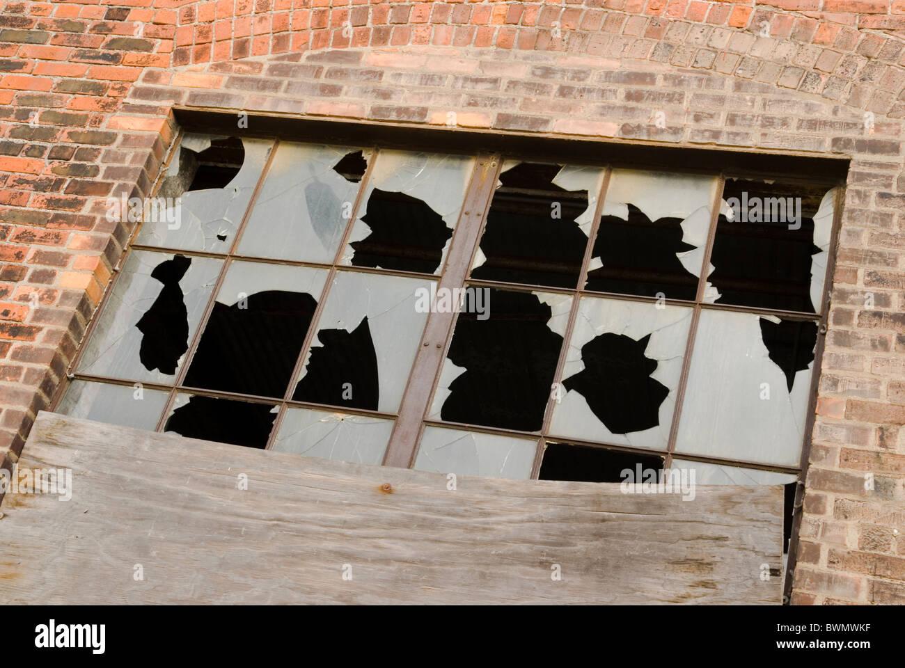 Rompieron ventanas en una fábrica abandonada del edificio. Detroit ...