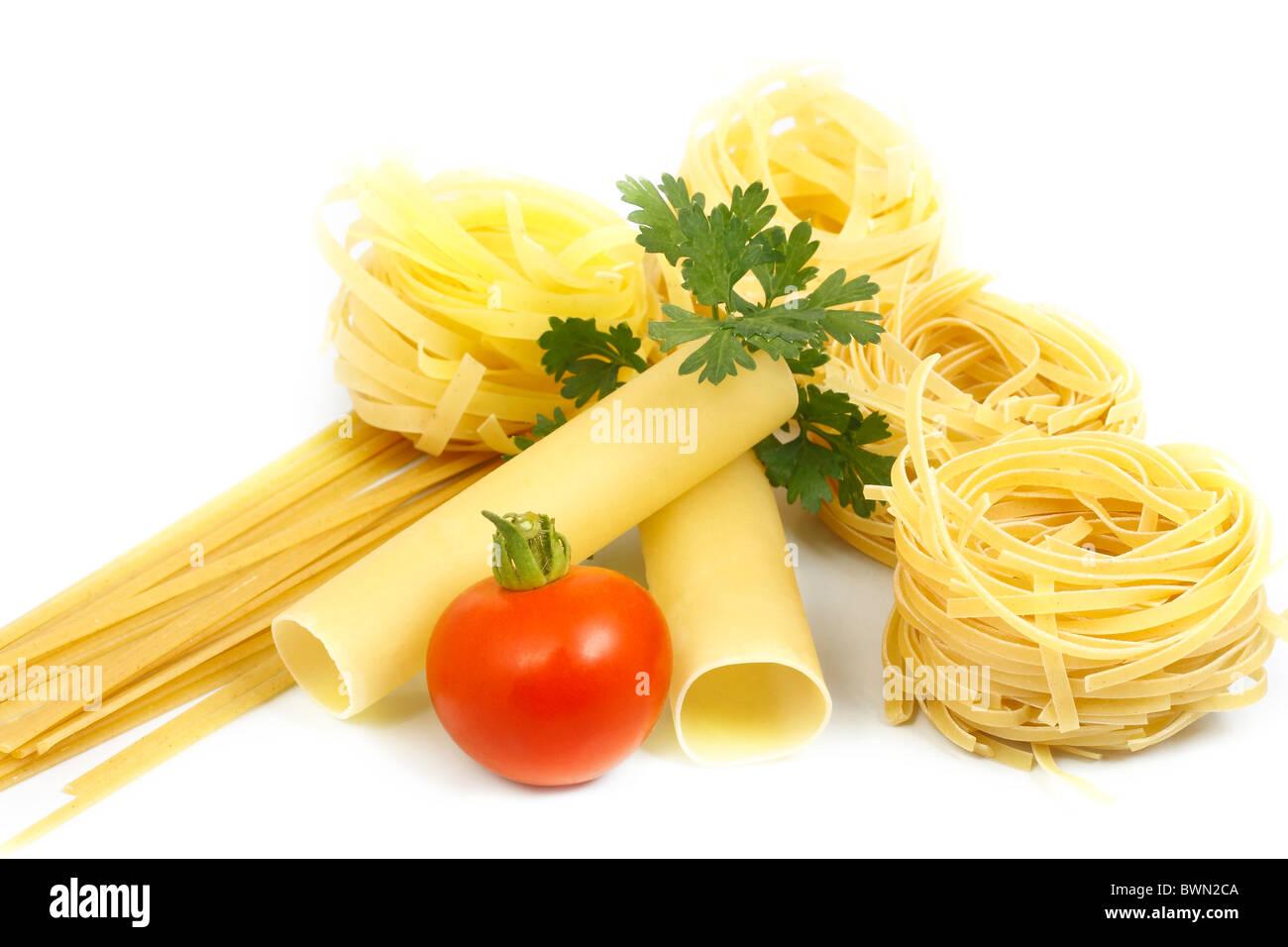 Pasta con verduras y el tomate. Imagen De Stock