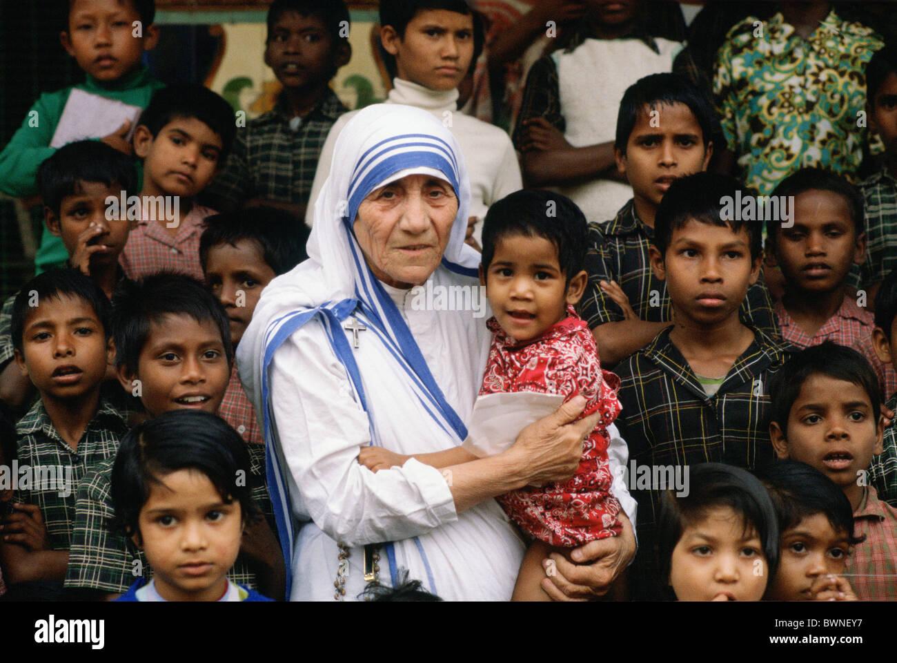 Madre Teresa acompañada por niños en su misión en Calcuta, India Foto de stock
