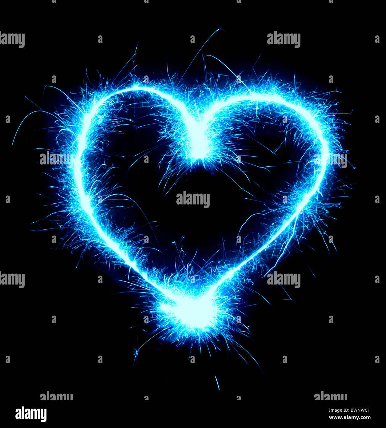 Brillante azul en forma de corazón aislado sobre fondo negro Foto de stock