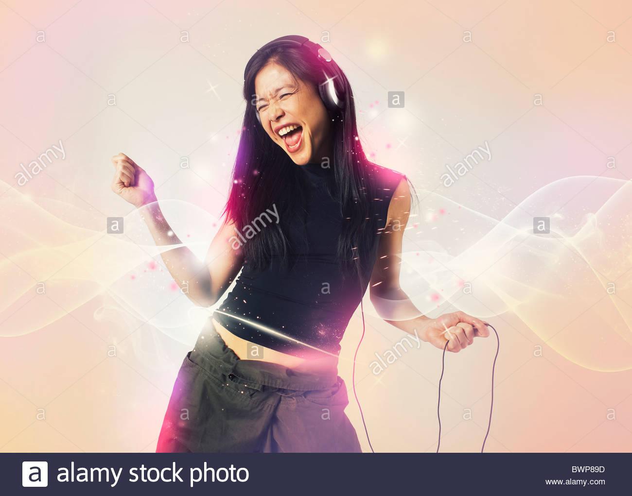 Mujer feliz cantando y bailando Imagen De Stock