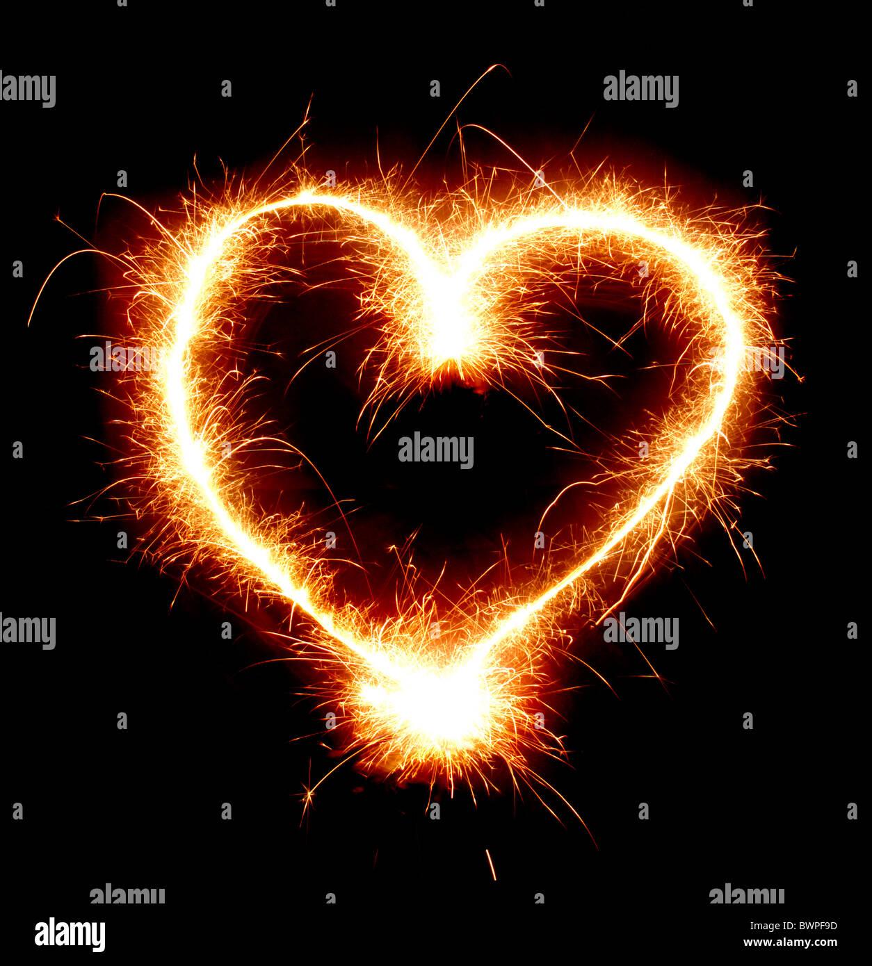Chispeante forma corazón aislado sobre fondo negro Foto de stock