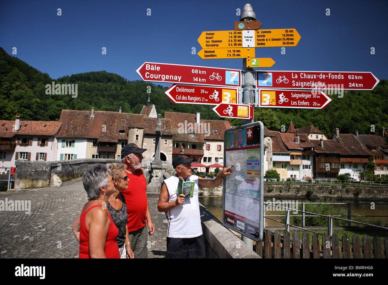 124a560d7 Suiza Europa Saint-Ursanne piscina al aire libre fuera del paisaje de las  montañas de montaña Cantón Jura casco antiguo