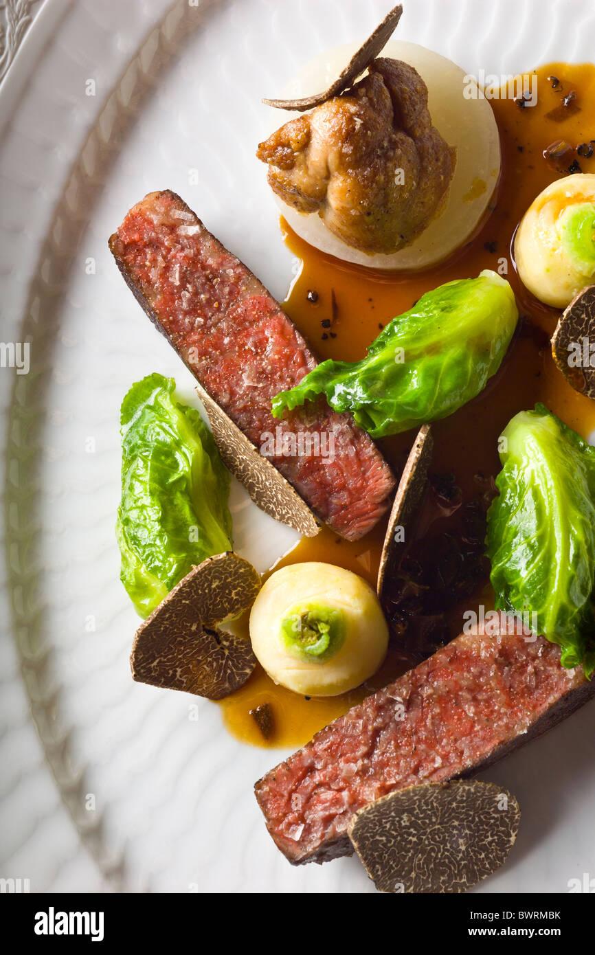 Carne danesa con apio, pequeñas Coles, mollejas y trufa negra preparada por Kristian Meller y Rune Jochumsenat, Imagen De Stock
