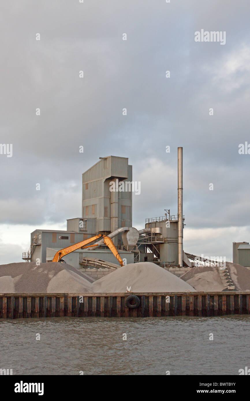 Brett agregados y planta de asfalto en Whitstable Harbour. Puerto de Whitstable, Kent, Inglaterra Imagen De Stock