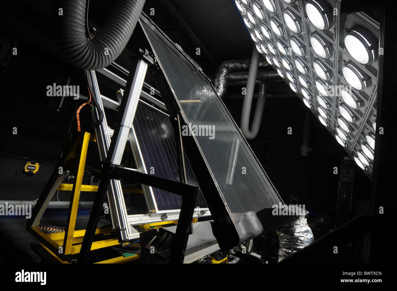 Prueba de luz con panel solar sala de investigaciones en el Centro Nacional de Energías Renovables en Navarra, Imagen De Stock