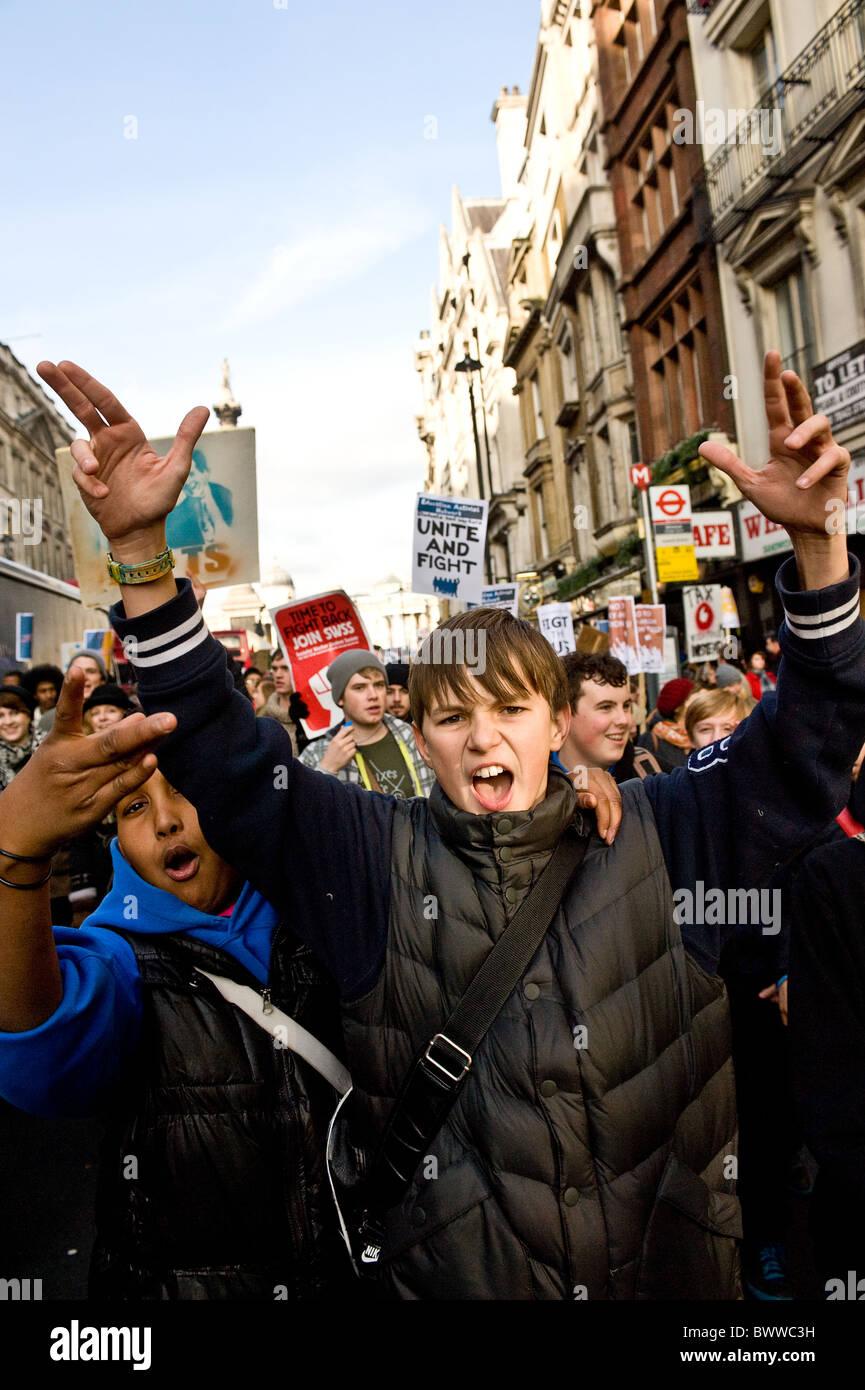 Protesta estudiantil Londres - Los estudiantes que protestaban contra los recortes educativos. Imagen De Stock
