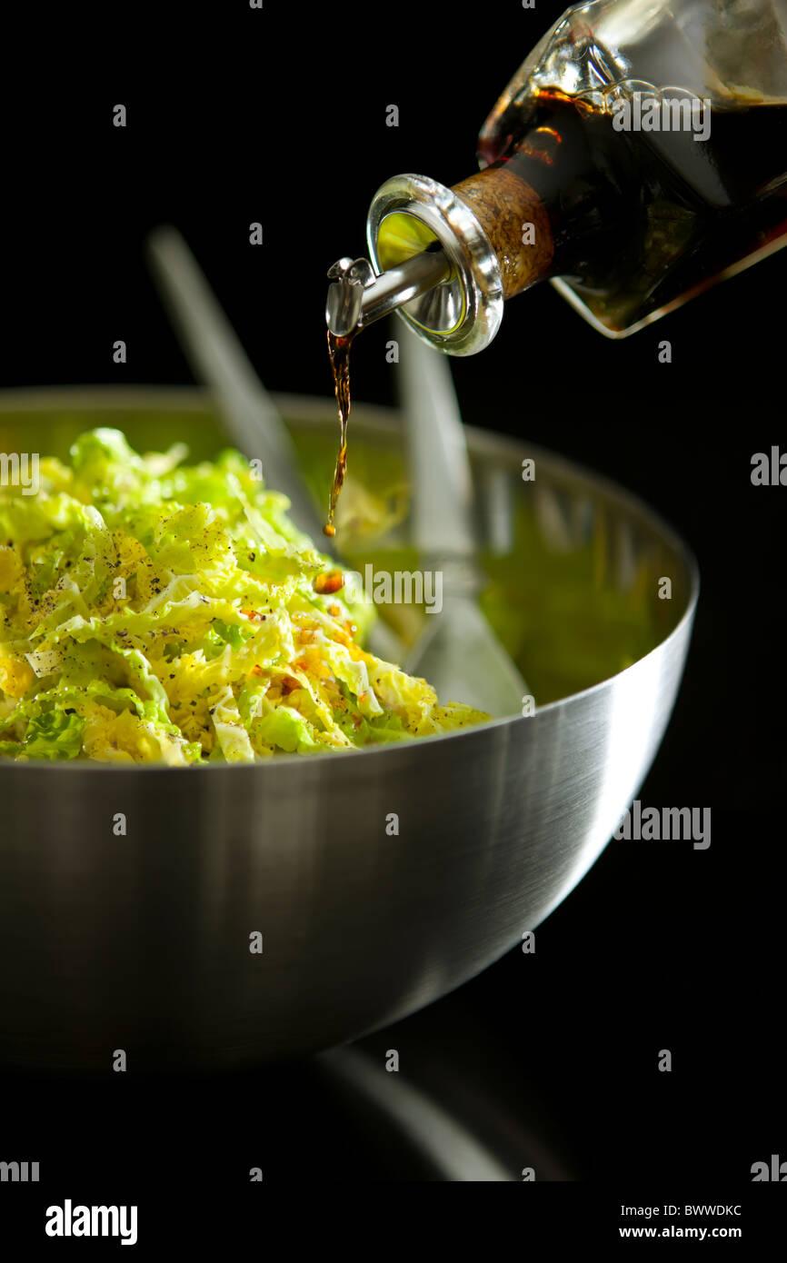 Col Savoy desmenuzado con pimienta negra, aceite de oliva y vinagre de Jerez Foto de stock