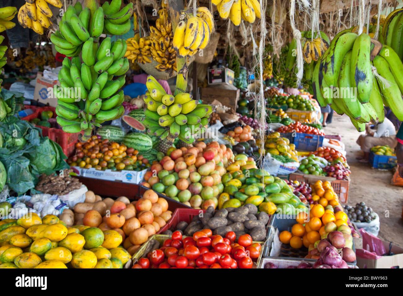 Nuevo parque de la ciudad de Ngara, en el mercado de vendedores ambulantes de Nairobi, Kenia Foto de stock