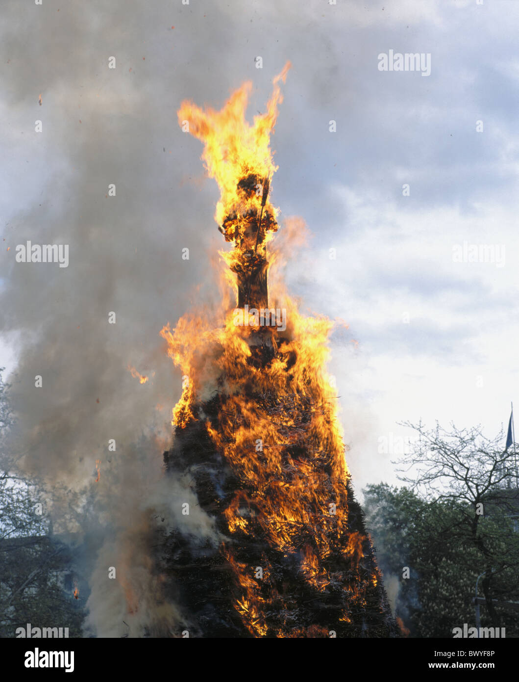 2003 Boogg tradición quema llamas humo ciudad Sechselauten tradición de Zurich Imagen De Stock