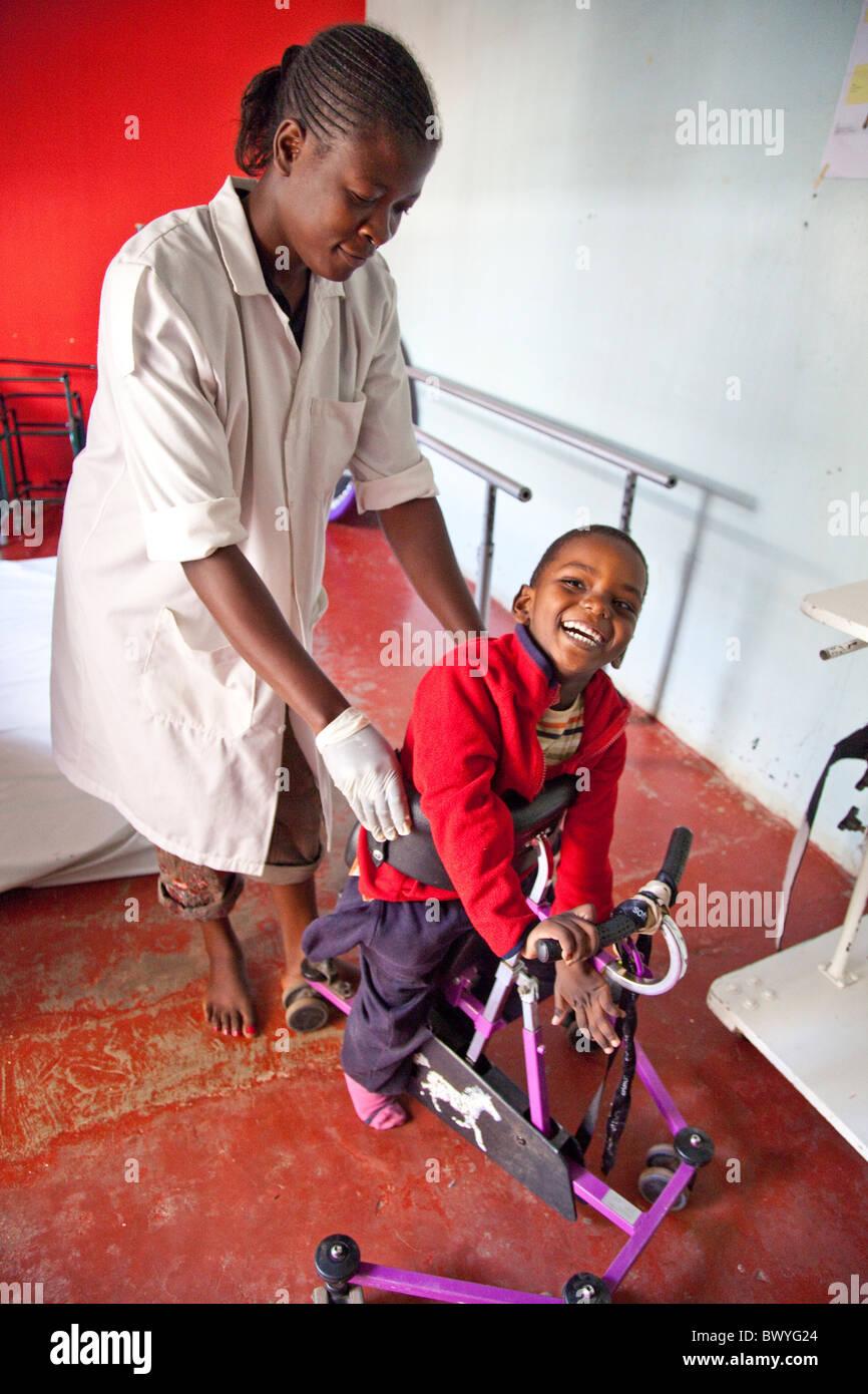 Aifa Thuo, infligidos con Parálisis Cerebral, Maji Mazuri Children's Center, Nairobi, Kenia Foto de stock